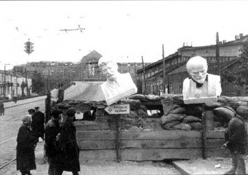 Большевицкие истуканы в Киеве в 1941 году. Вместо пугала висят.