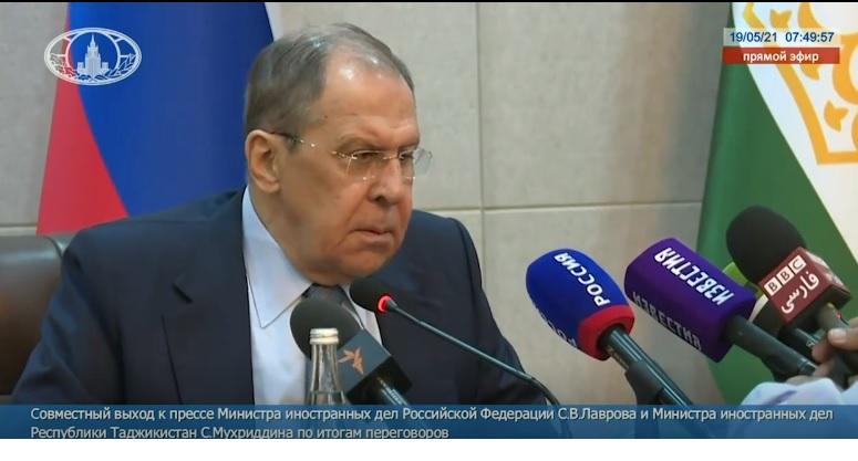 Тупая советская скотина Лавров с удивлением и свирепостью смотрит, как во время его пресс-конференции британский журналист, не обращая на него никакого внимания, прямо перед его носом устанавливает микрофоны.