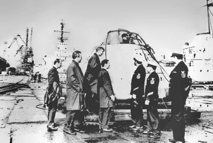 """Передача муляжа командного модуля """"Аполлона"""" тупым пиндосам в порту Мурманска. Советским - смешно, тупым пиндосам - немного неловко."""
