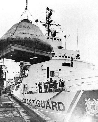 """Погрузка муляжа командного модуля """"Аполлона"""" на военное судно тупых пиндосов «Саусвинд» (Southwind) в порту Мурманска в сентябре 1970 года."""