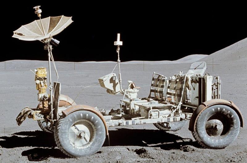Луномобиль тупых пиндосов, на котором они якобы рассекали с ветерком по Луне. Зонтик особенно хорош - что-то такое из серии ретро из начала 20 века.