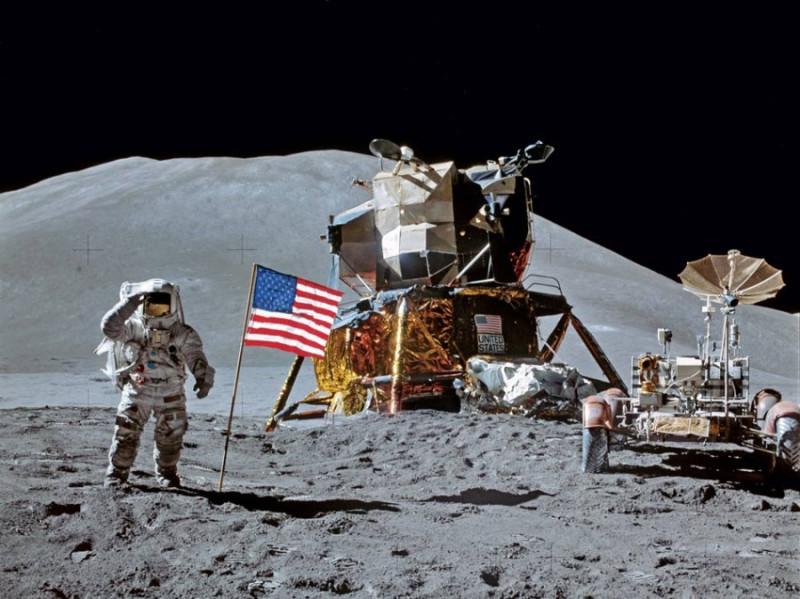 """На дальнем плане - """"лунный модуль"""" тупых пиндосов, который якобы доставил с """"Аполлона"""" на Луну их астронавтов и луномобиль. Фантазия режиссеров этого спектакля явно подвела - """"лунный модуль"""" могли бы и поприличней сделать, а не такую откровенную бутафорию. А где там уместился луномобиль - тупые пиндосы объяснить не могут до сих пор. Но во избежание лишних вопросов прикрыли на съемках нижнюю часть """"лунного модуля"""" (там, где находятся """"двигатели"""") обычной фольгой. А снаружи повесили флаг и вывеску с названием Пиндостана. Как на двери гаража - чтобы никто вход не перепутал."""