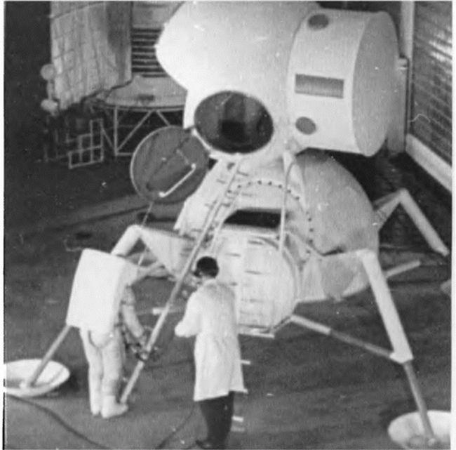 Испытания выхода космонавта из советского лунного модуля по трапу.