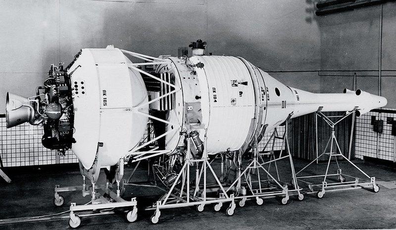 Советский лунный космический корабль УР-700-ЛК-700. Экипаж: 1 человек. Вес корабля на старте: 19 072 кг. Вес корабля при полете к Луне: 5187 кг. Вес возвращаемого аппарата: 2457 кг. Продолжительность полета: 6−7 суток.