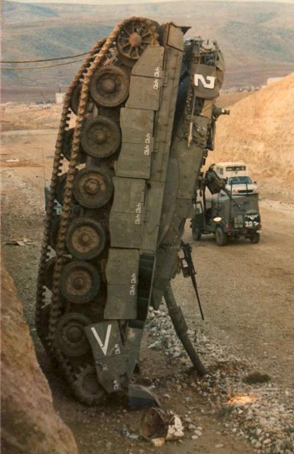 """Ограниченный обзор спереди приводит к тому, что сраильтянин в """"Меркаве"""" плохо видит, что у него прямо перед носом. И поэтому эти танки часто переворачиваются и въезжают во все ямы."""