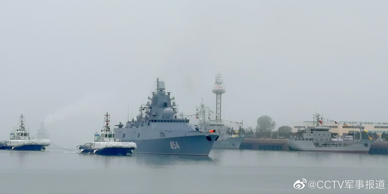 """Русский фрегат """"Адмирал Горшков"""" при заходе в китайский порт Циндао."""