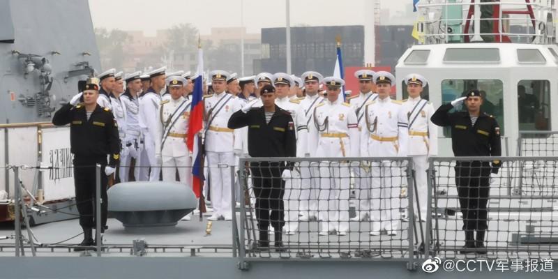 """Русские моряки и морские пехотинцы из экипажа """"Адмирала Горшкова"""" на палубе фрегата во время прибытия в китайский порт Циндао."""