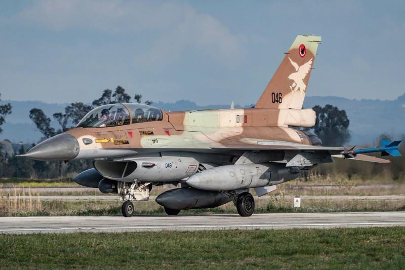 Сраильский F-16 с подвесными топливными баками под крыльями.