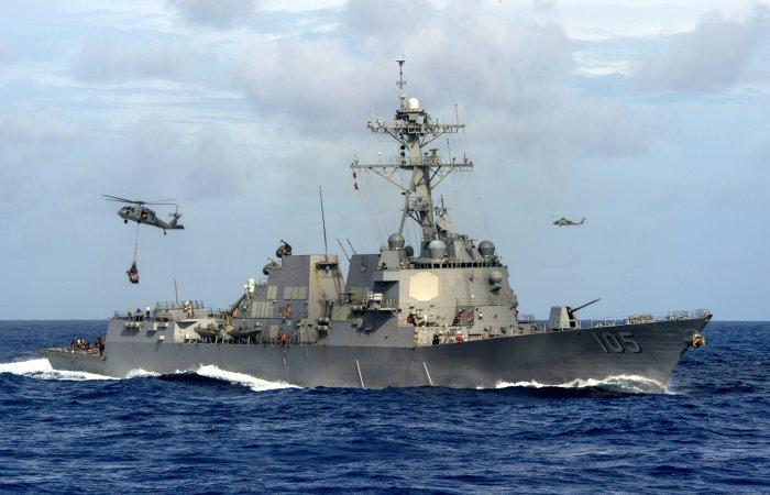 """Эсминец тупых пиндосов из серии """"Арли Берк"""". На фоне китайских эсминцев - это такой же ржавый устаревший хлам, как и их крейсера."""
