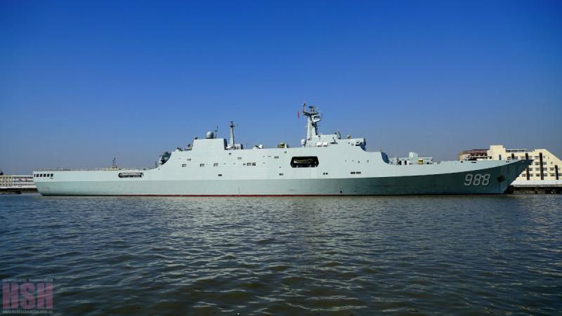 Китайский десантный корабль Type 071. По своим десантным возможностям - лучший в мире.