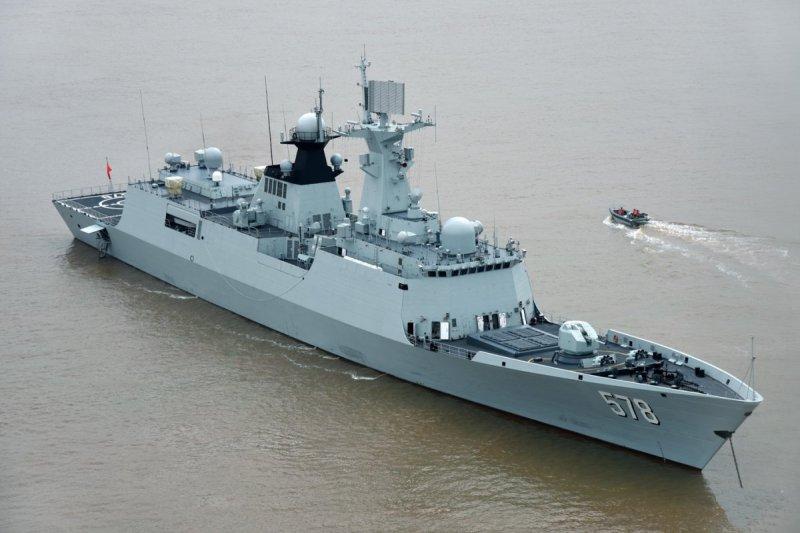 """Фрегат Yangzhou ( 扬州 , бортовой номер """"578"""") проекта 054А ВМС НОАК - 19-й по счету корабль этого типа. Снимок 2016 года."""