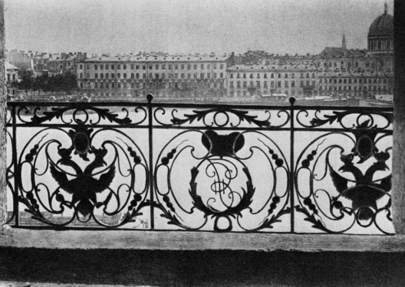 "Решетка на балконе ""дворца Бирона"" в Петербурге - с монограммой Бирона."