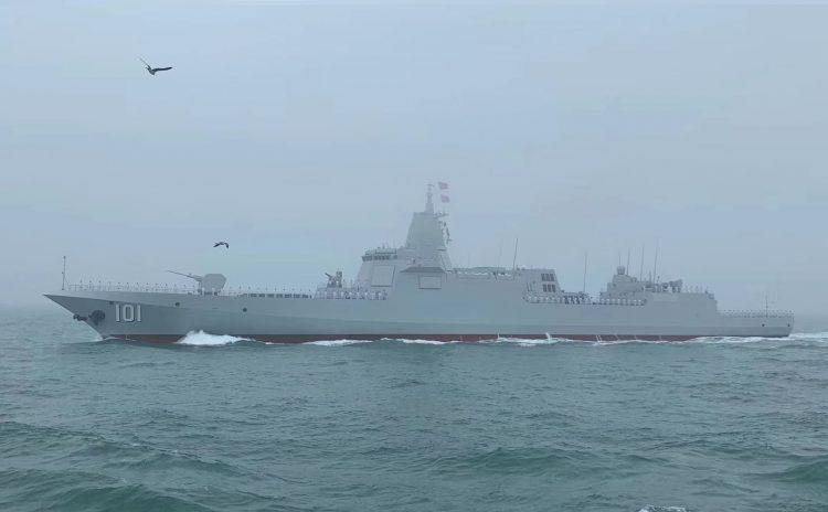 Эсминец ВМС НОАК Type 055 DDG-101 «Nanchang» во время военно-морского парада в Циндао.