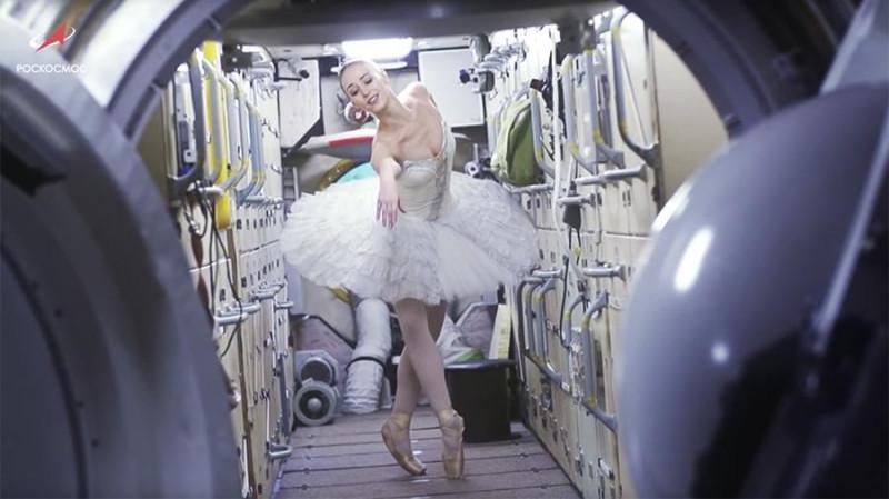 """Кадр из рекламного ролика """"Роскомоса"""". Прилетают, значит, космонавты на МКС  - а там опа! Балерина уже пляшет!"""