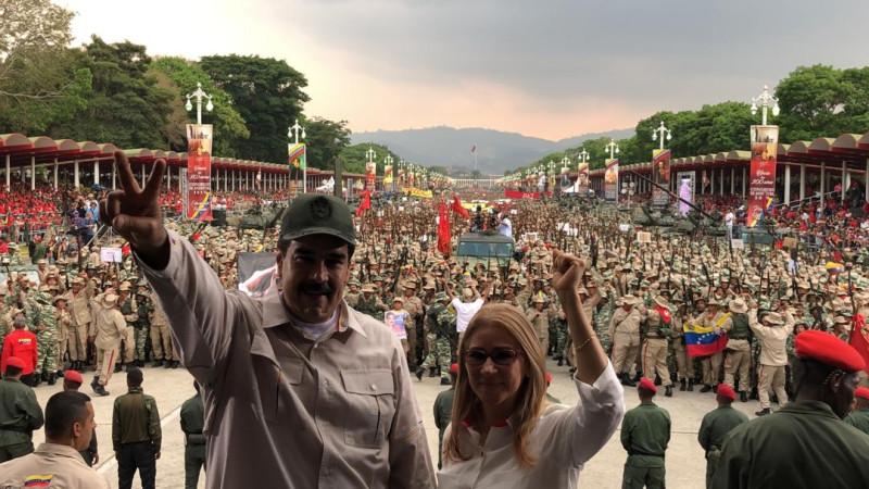 Президент Венесуэлы Николас Мадуро с супругой во время Смотра подразделений Боливарианской народной милиции 13 апреля 2019 года в Каракасе.