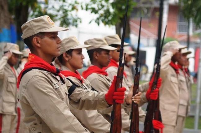Бойцы Боливарианской народной милиции во время Смотра 13 апреля 2019 года в Каракасе.