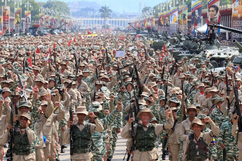 Бойцы подразделений Боливарианской народной милиции во время Смотра 13 апреля 2019 года в Каракасе.