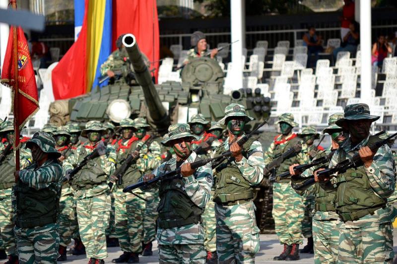 Бойцы подразделения Боливарианской народной милиции во время Смотра 13 апреля 2019 года в Каракасе. Судя по раскраске, это подразделение предназначено для ведения партизанских действий в условиях джунглей - то есть для уничтожения тупых пиндосов и других оккупантов в лесистой местности.