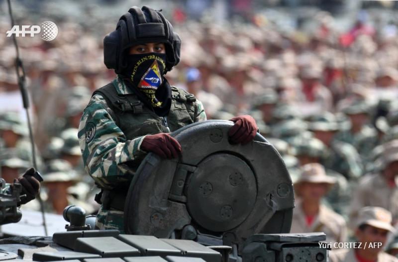 Прекрасная венесуэлка из Боливарианской народной милиции во время Смотра 13 апреля 2019 года в Каракасе. Она немного грустна, так как обеспокоена судьбой своей Родины, Венесуэлы, которую тупые пиндосы душат экономически и угрожают уничтожить путем военной агрессии. Она не понимает, что плохого Венесуэла сделала тупым пиндосам, и почему эти ублюдки так ненавидят ее страну и не дают ей свободно развиваться.