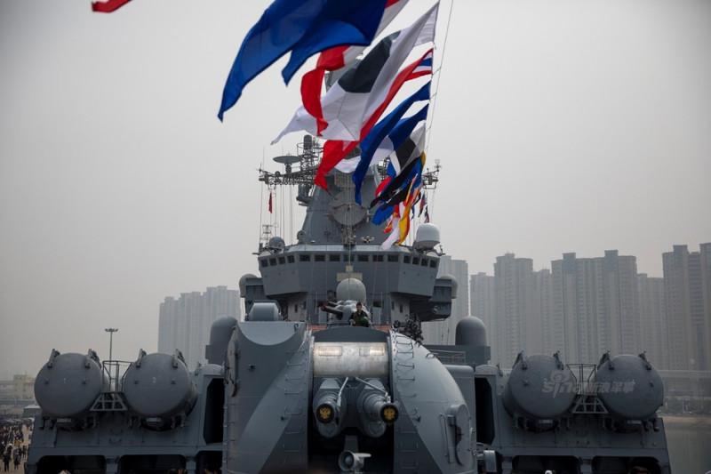 """Русский ракетный крейсер """"Варяг"""" в Циндао."""