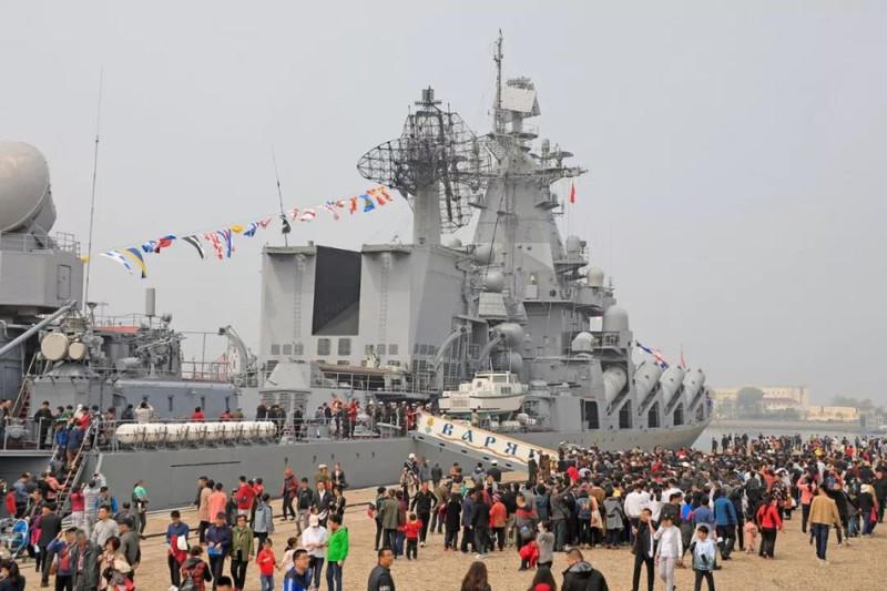 """Ракетный крейсер """"Варяг"""" в порту Циндао."""