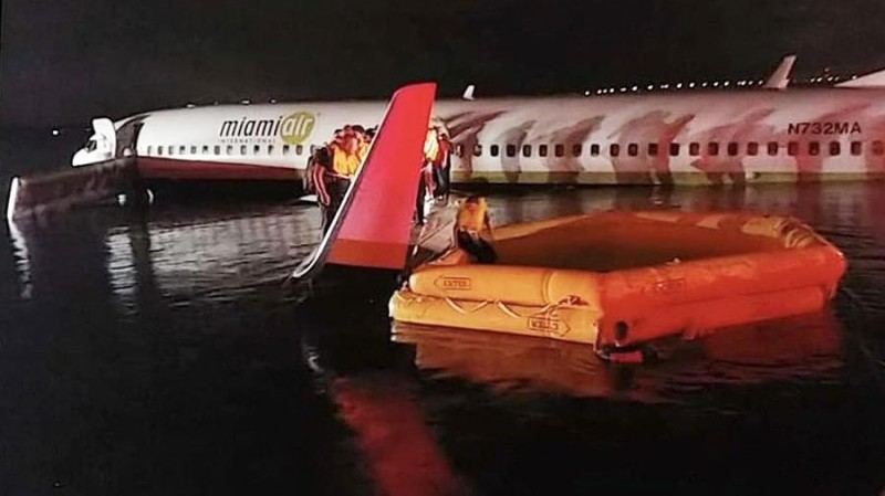"""Боинг-737"" в воде."