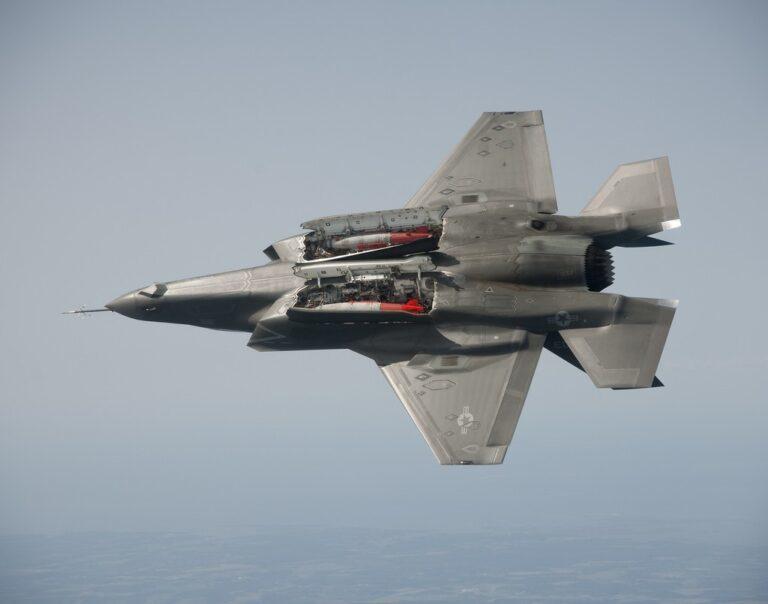 """Могучий уродец F-35 может нести во внутренних отсеках только четыре ракеты """"воздух-воздух"""" средней дальности."""