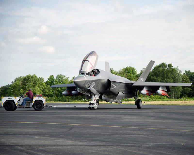 """F-35 с ракетами на внешних подвесках во всем уступает истребителям 4-го поколения, но при этом теряет и свою """"малозаметность""""."""