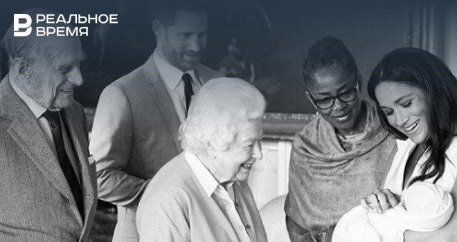 """Мафиозная семейка самозванцев, изображающая """"британскую королевскую семью"""", пытается сыграть роль """"благородного святого семейства""""."""