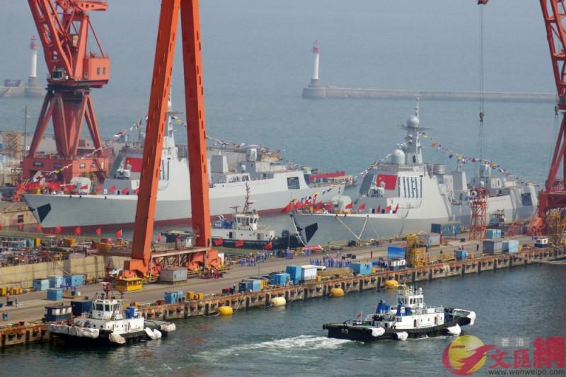 Два новых китайских эсминца проекта 052D, спущенных на воду 10 мая 2019 года на верфи Dalian Liaonan Shipyard в Даляне.