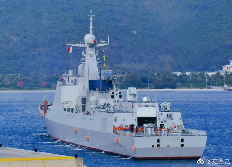 Один из двух спущенных на воду эсминцев проекта Тип 052D уходит на ходовые испытания.