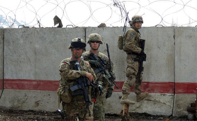 """Тупые пиндосы на своей военной базе в Афганистане. Вот примерно так эти придурки там и """"воюют"""" - изредка и трусливо выглядывая за стены базы: """"А не идут ли там еще талибы и не пора ли нам отсюда сваливать?"""