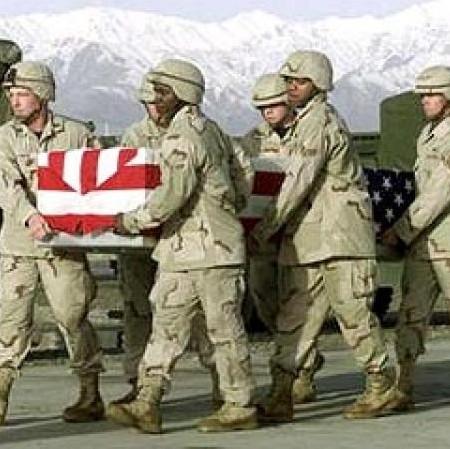 Антидепрессанты не всегда помогают - на войне иногда все-таки приходится умирать. Тупые пиндосы несут гроб со своим дохлым ублюдком перед отправкой из Афганистана в Пиндостан.
