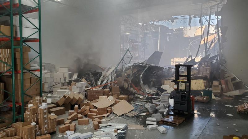 F-16 пробил стену здания и оказался внутри склада. Странно, что все это не взорвалось - по некоторым сообщениям, самолет был с боеприпасом. Удачное приземление!