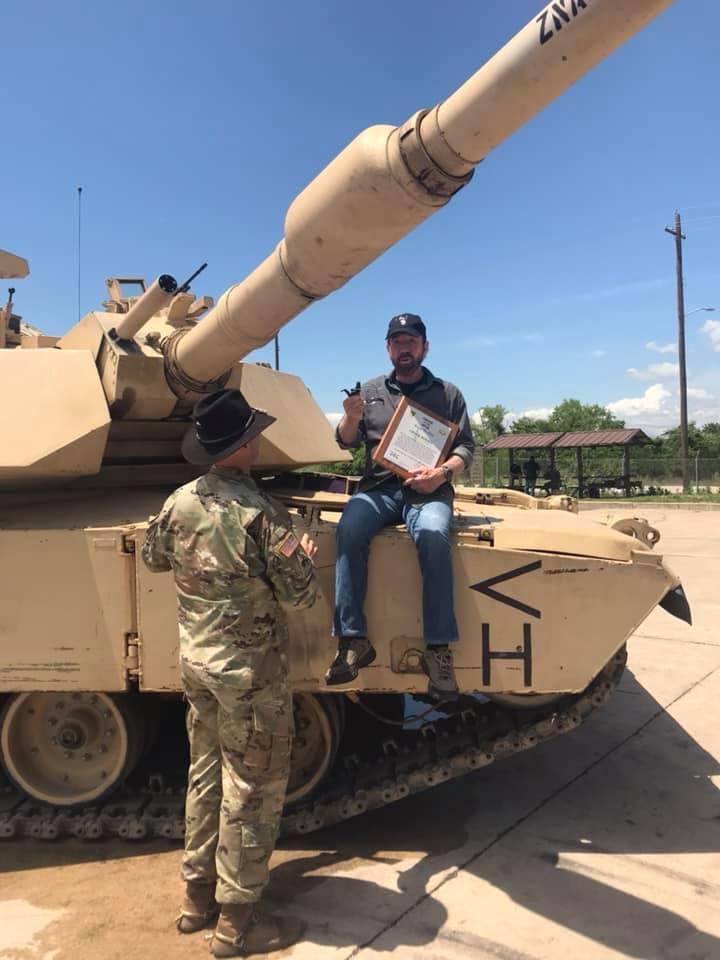 """Еще один голливудский """"супермен"""" тупых пиндосов - Чак Норрис - сидит на танчике во время посещения военной части 1-й сбройной бригады."""