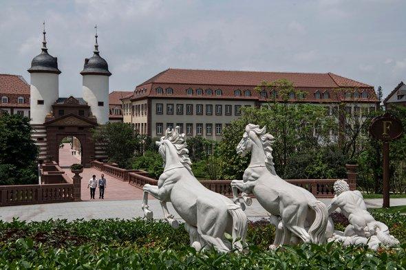 Один из корпусов кампуса Huawei, сделанный в стиле Версаля.