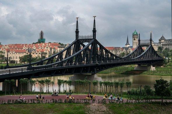 Мост, соединяющий две части кампуса - копия Старого моста в немецком Гейдельберге.