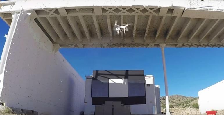 """Квадрокоптер из рекламного ролика от жуликов из Raytheon, в котором эти жулики демонстрировали возможности своего могучего """"боевого лазера""""."""