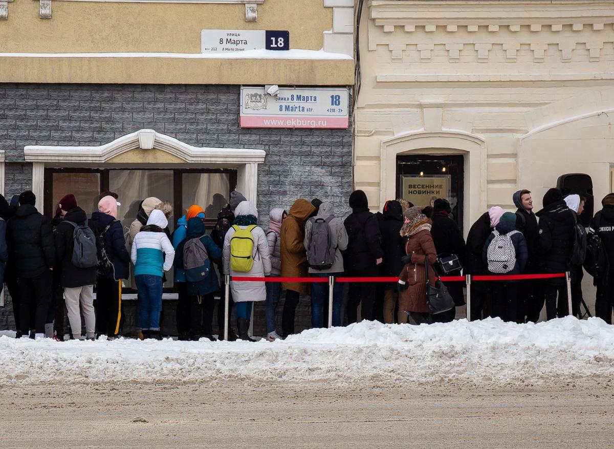 Почему в России образовались километровые очереди за медицинскими справками
