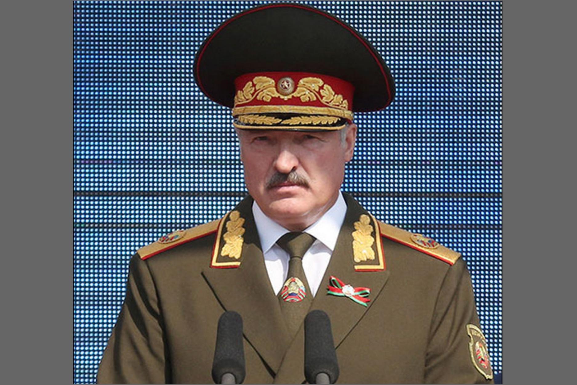 Лукашенко на параде в военной форме, что у него на погонах, какое звание?