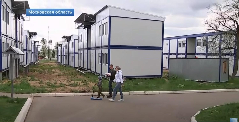 Российские военные празднуют новоселье в бытовках, переделанных под жилье