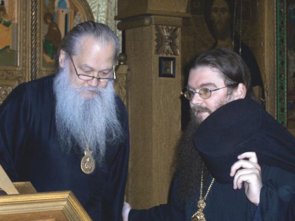 Вл.Сер и Влад-8-22-04 Liturgy @ Mansonville 099