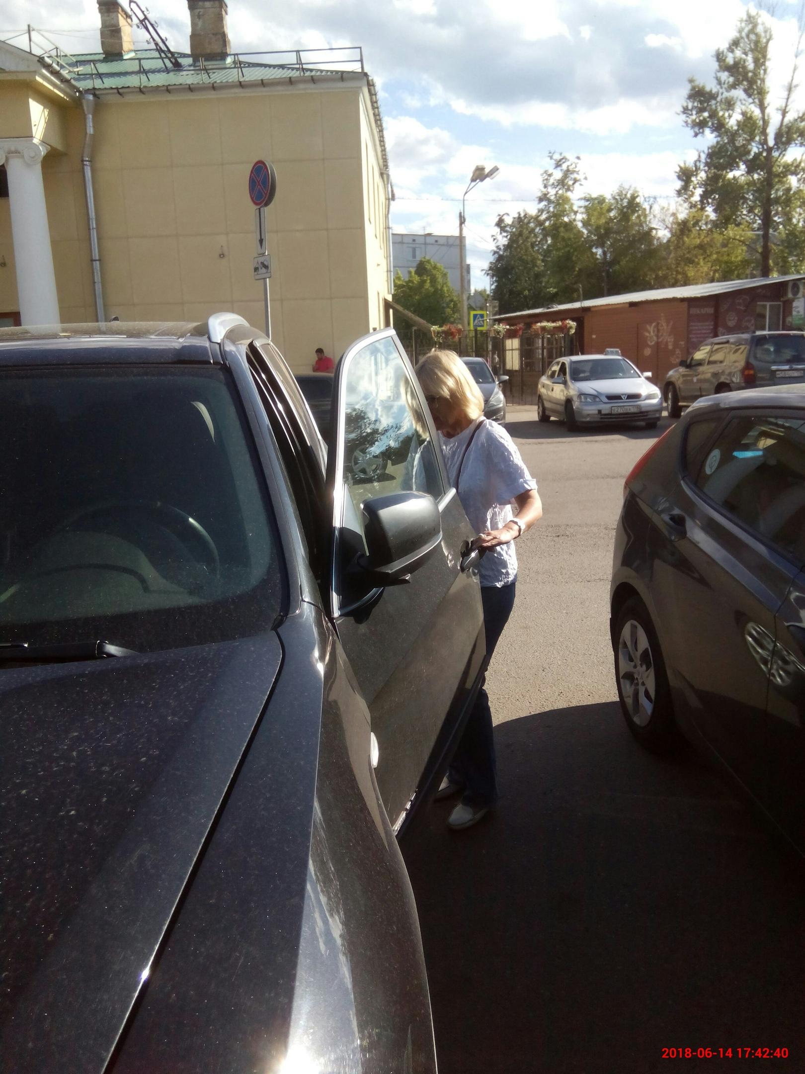 Блондинка грозится вызвать полицию ( ! ) , в ответ на моё замечание , что она поставила свой автомобиль на парковку для инвалидов и при этом оскорбляла , называя больным. Да , я болен и тяжело . Счастья вам , люди.)))