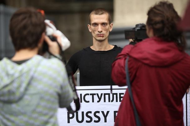 24.07.2012 0043 В Петербурге сторонник Pussy Riot зашил себе рот В