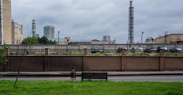 Лавки с видом на забор 074