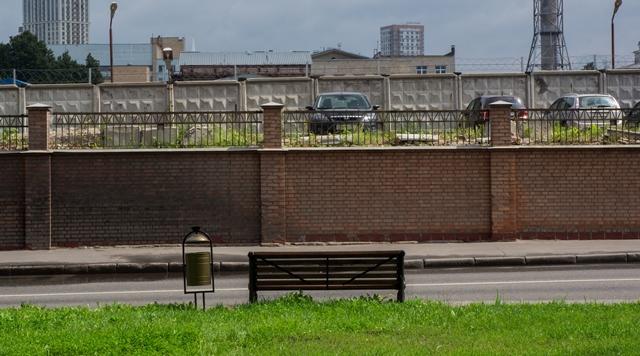 Лавки с видом на забор