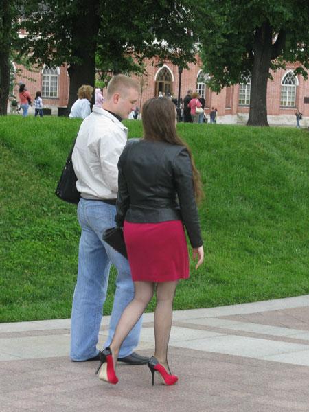 Девушки в юбках и на высоких каблуках