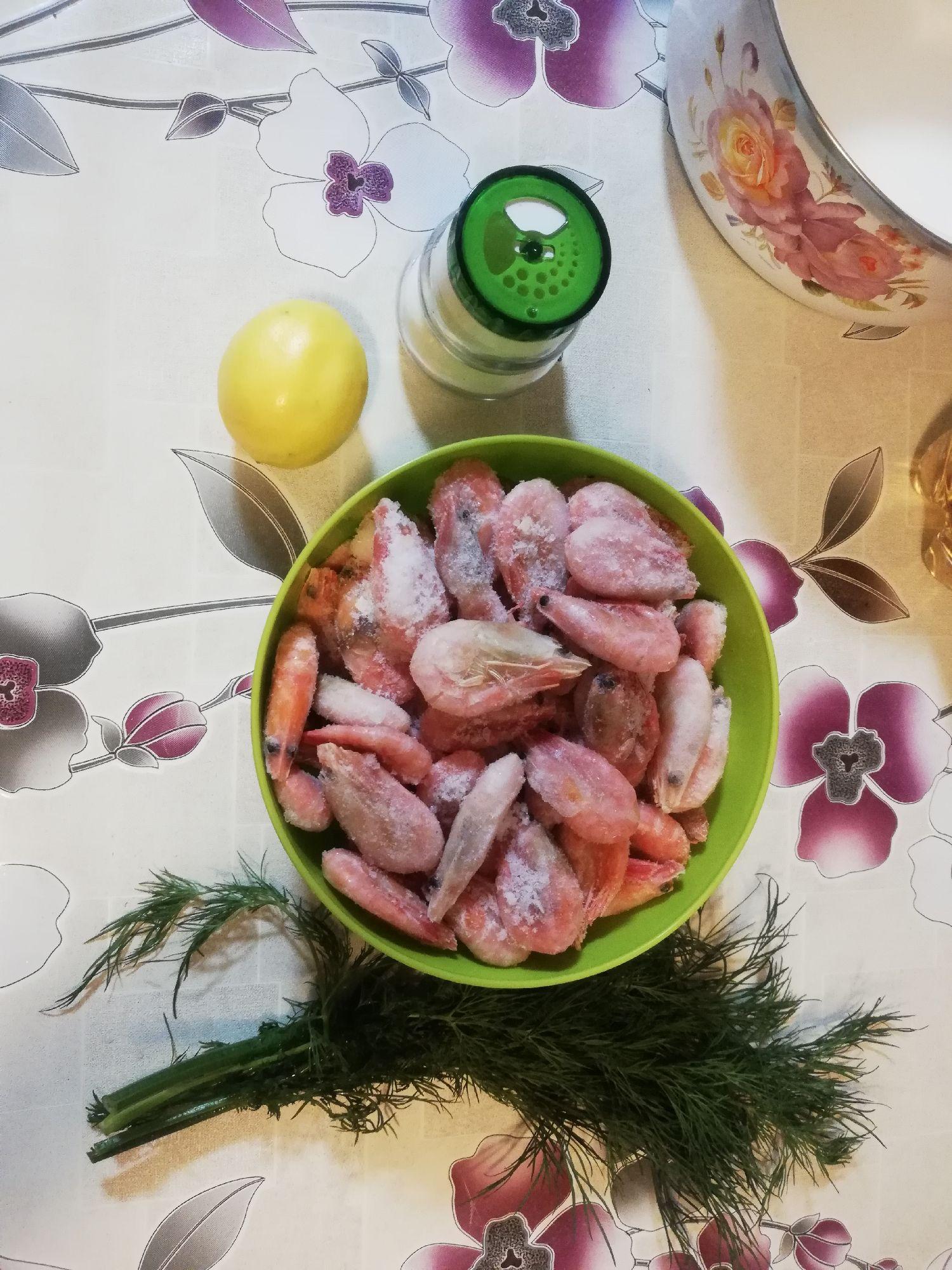 Шаг первый: потребуются креветки, лимон, укроп, соль