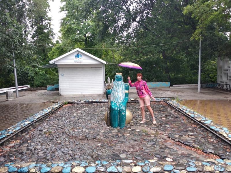 Дождик нас ничуть не испугал и мы с удовольствием побродили по Ростову. Зашли в Парк Горького. И увидели, что Нептун мокнет под дождём.😊 А где Нептун, там и морские звёзды.