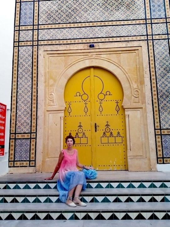 Я для себя решила, что эти врата ведут в прекрасное, наполненное всем лучшим будущее. У тунисцев ворота - очень популярный символ. Изображения ворот у них повсюду - в посуде, зеркалах, магнитиках... Считается, что двери - это путь к свободе.